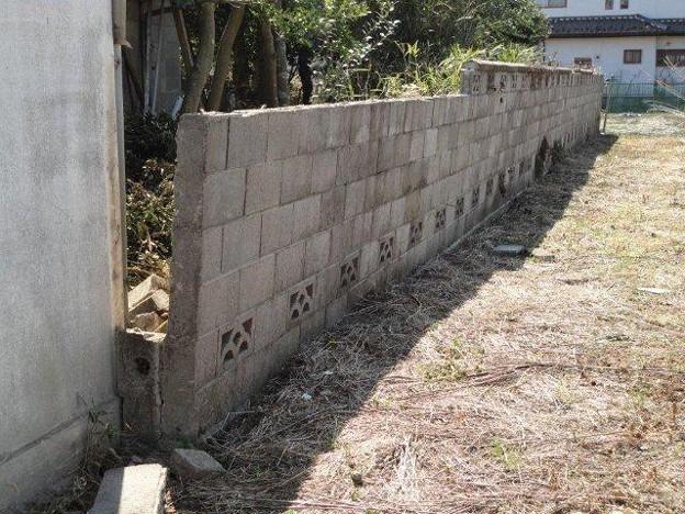 Photos: 傾いたブロック塀