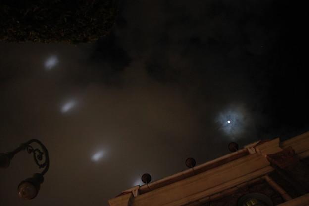087 曇り空に照射されたレーザービーム
