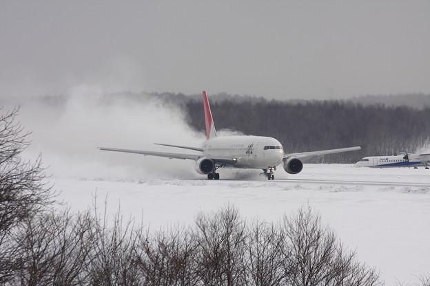豪快に雪煙を上げての離陸