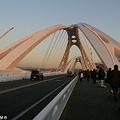 写真: スタジアムへの橋