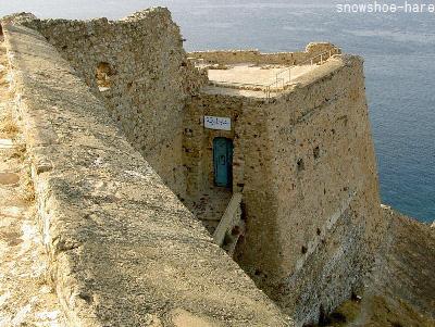 城塞の上から入口を見る