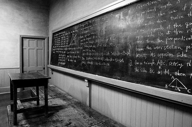 モノクロの黒板。