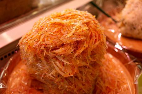 2011.07.25 越後 寺泊魚の市場通り イカの塩辛の横に白魚の山