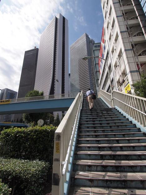 西新宿の歩道橋