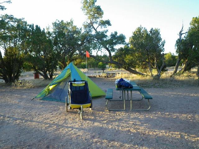 私営キャンプ場(RVパーク)でのキャンプ。ピクニックテーブルもある。