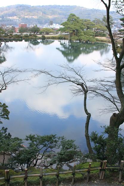 兼六園 霞ヶ池 青空と雲 (縦画像)