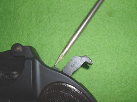 LSプラモデル「レミントン ダブル デリンジャー」撃針が上の薬室をたたく状態(ドライバーが示した先)Doburoku- width=