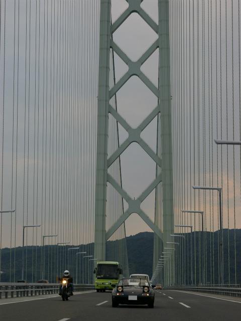 リトラを上げて走るVRリミテッドと明石海峡大橋